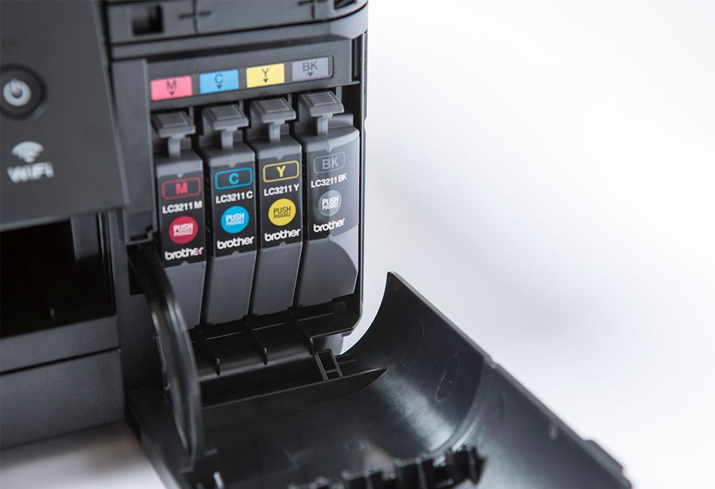 quatro cartuchos de tinta dentro de uma impressora Brother