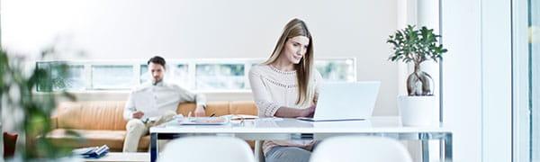 mulher sentou em uma mesa em um laptop