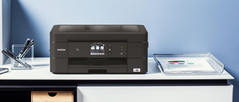Impressora multifuncional de tinta MFCJ890DW na parte superior da área de trabalho