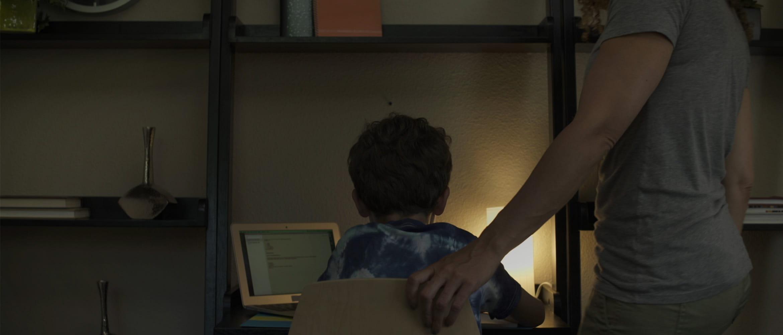 Rapaz usando laptop