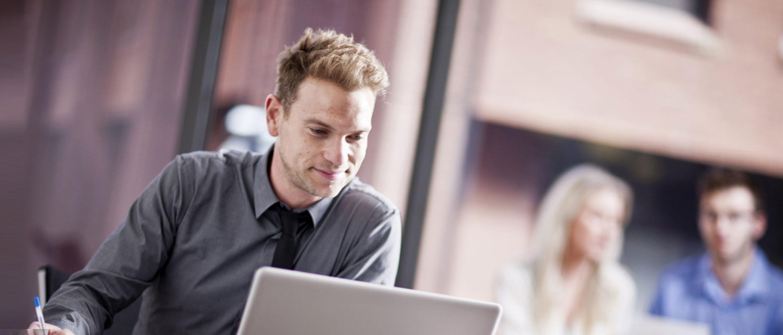 Homem olhando para a tela do laptop
