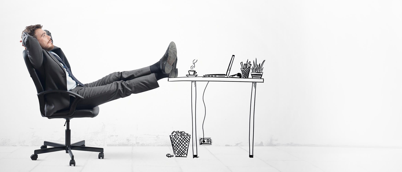 Homem descontraído sentado na cadeira com os pés apoiados na mesa