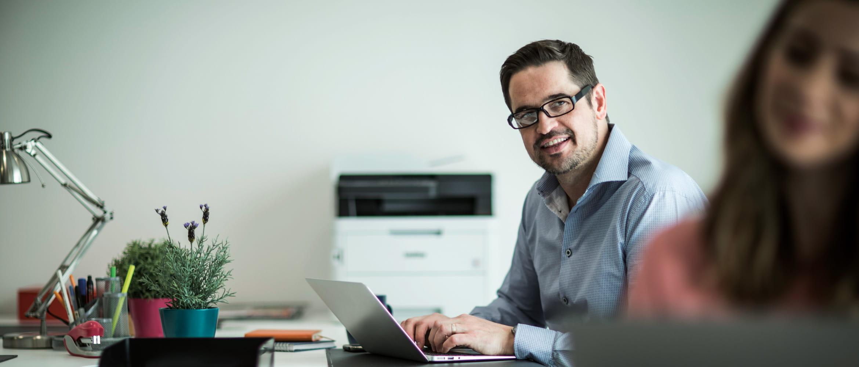 Homem no escritório com laptop