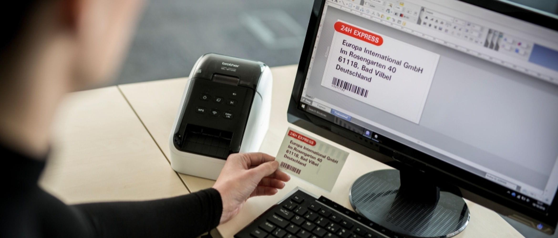 Monitor de computador com impressora de rótulos Brother QL-8