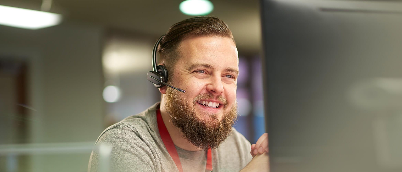Homem com barba e fones de ouvido