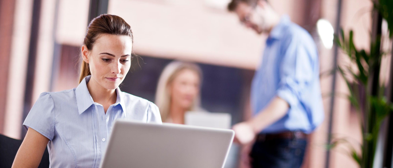 Mulher em escritório laptop de consultoria