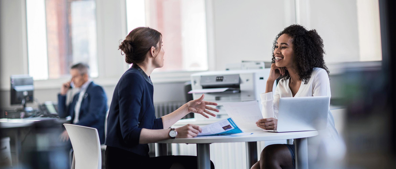 Duas mulheres conversando em um escritório