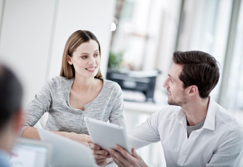 Mulher e homem com tablet