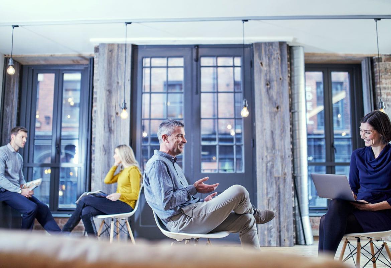 Pessoas sentando em escritório