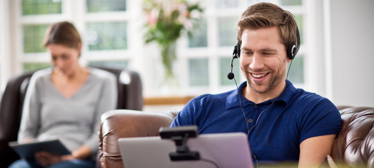 Homem falando por videoconferência web