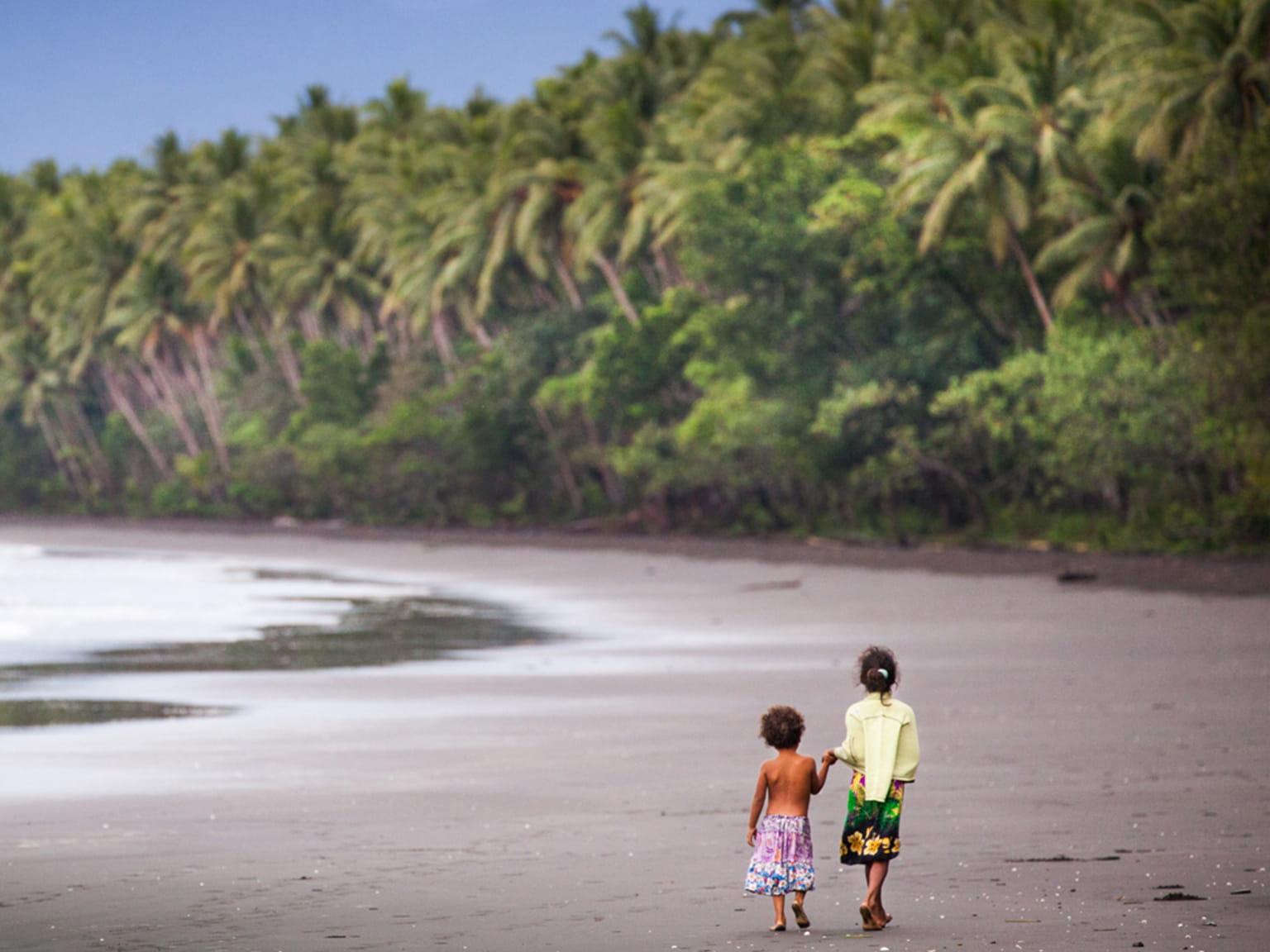 Praia com duas crianças