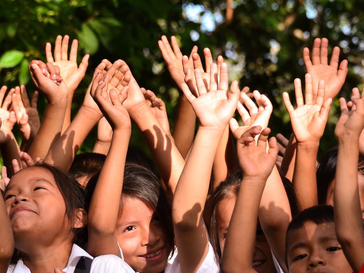 Crianças com as palmas para cima