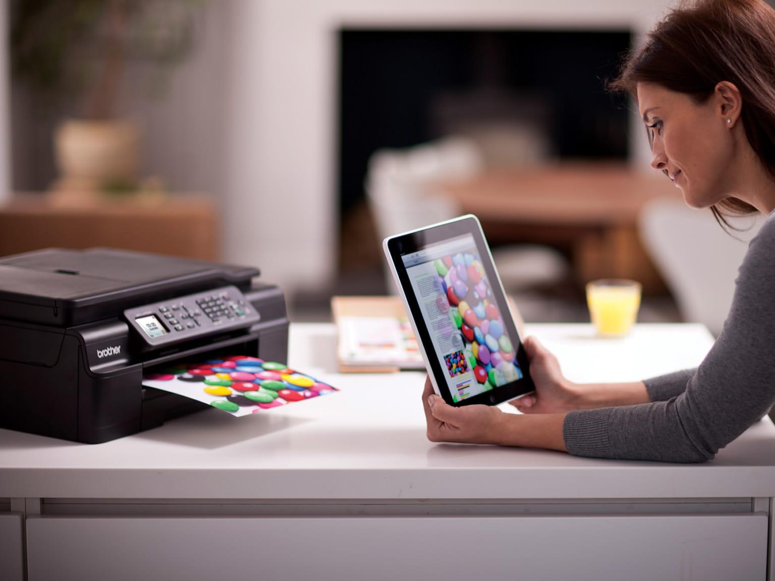 Mulher com tablet e laptop