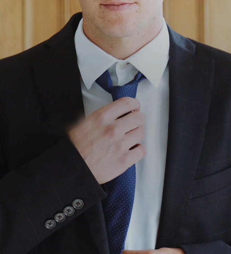 Homem atar sua gravata