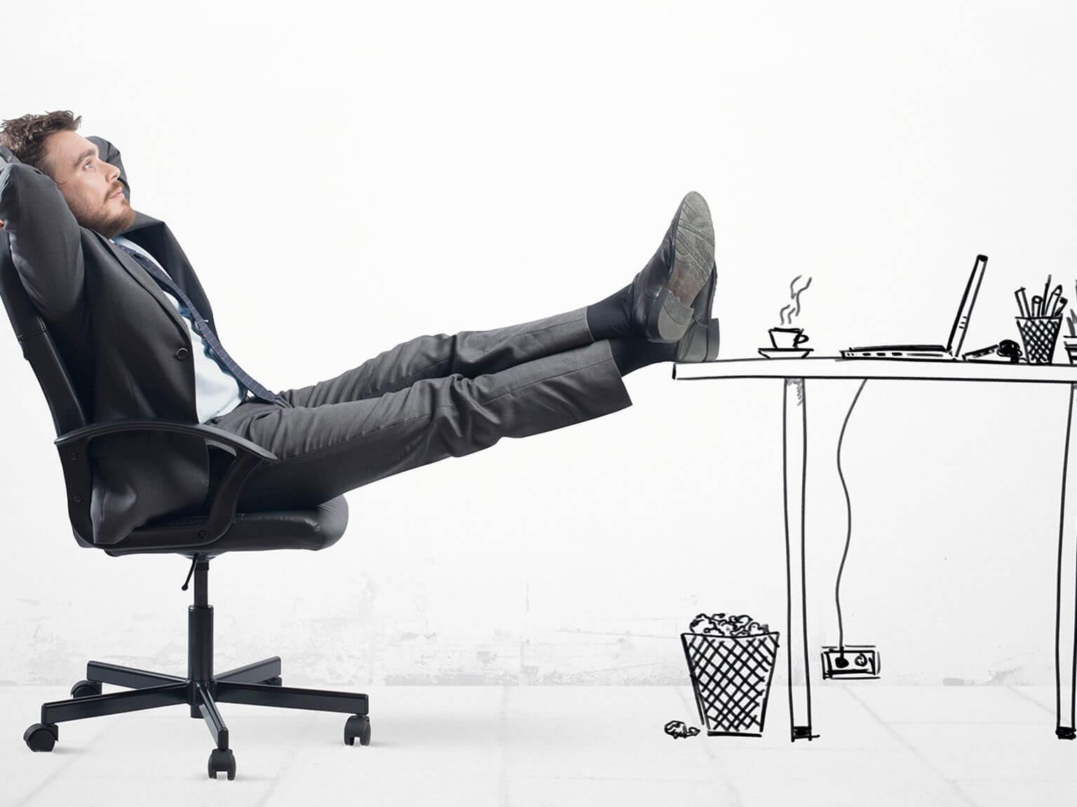 Homem sentado na cadeira com os pés apoiados na mesa