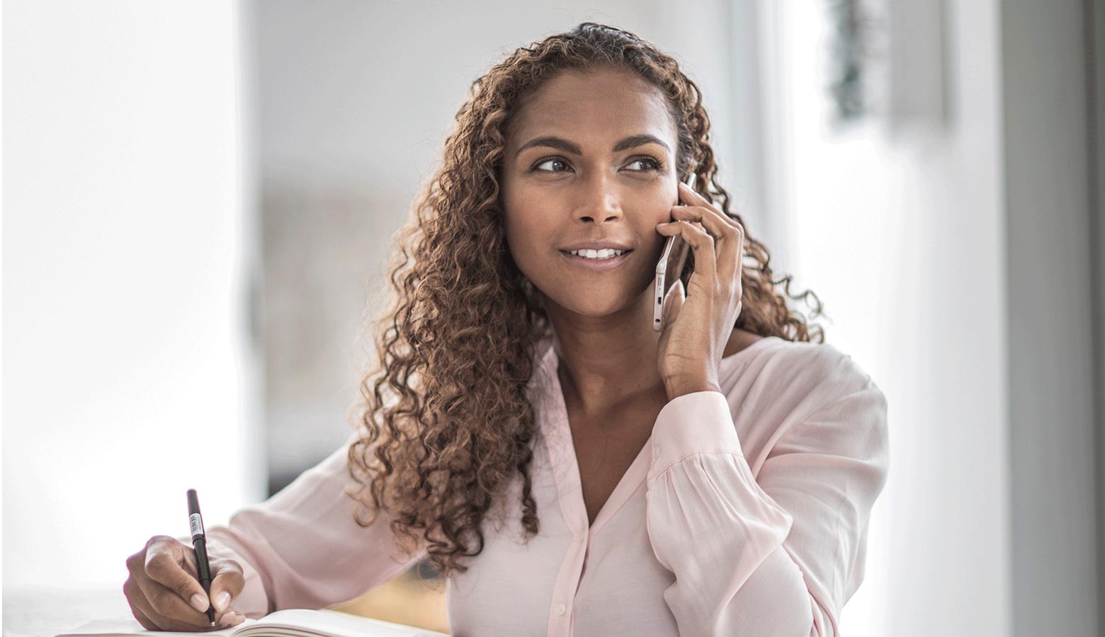 Mulher de cabelos curtos, falando ao telefone