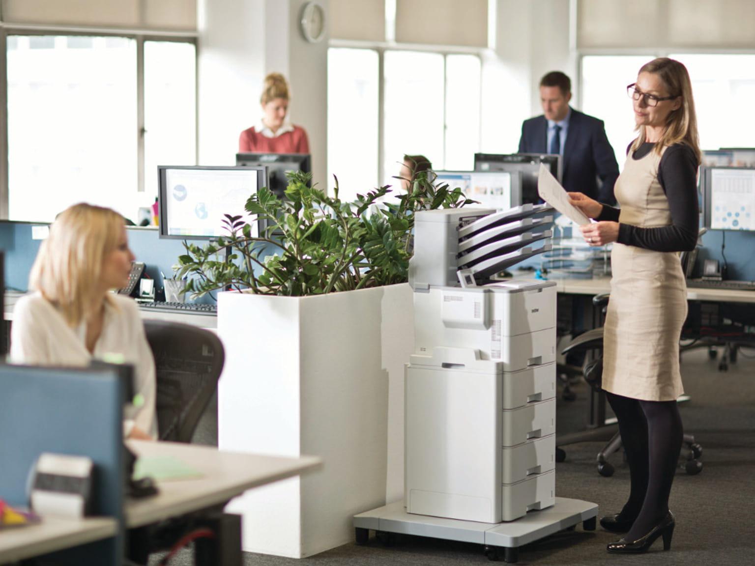 Pessoas em um escritório com uma impressora Brother
