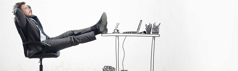 Homem sentado com os pés apoiados na mesa