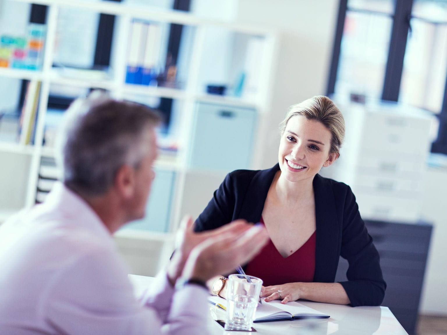 Mulher e homem em escritório