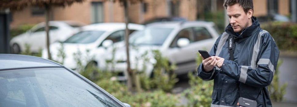 Homem na rua com telefone celular