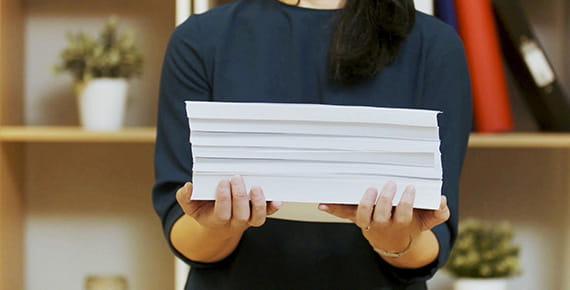 Mulher com pilha de documentos