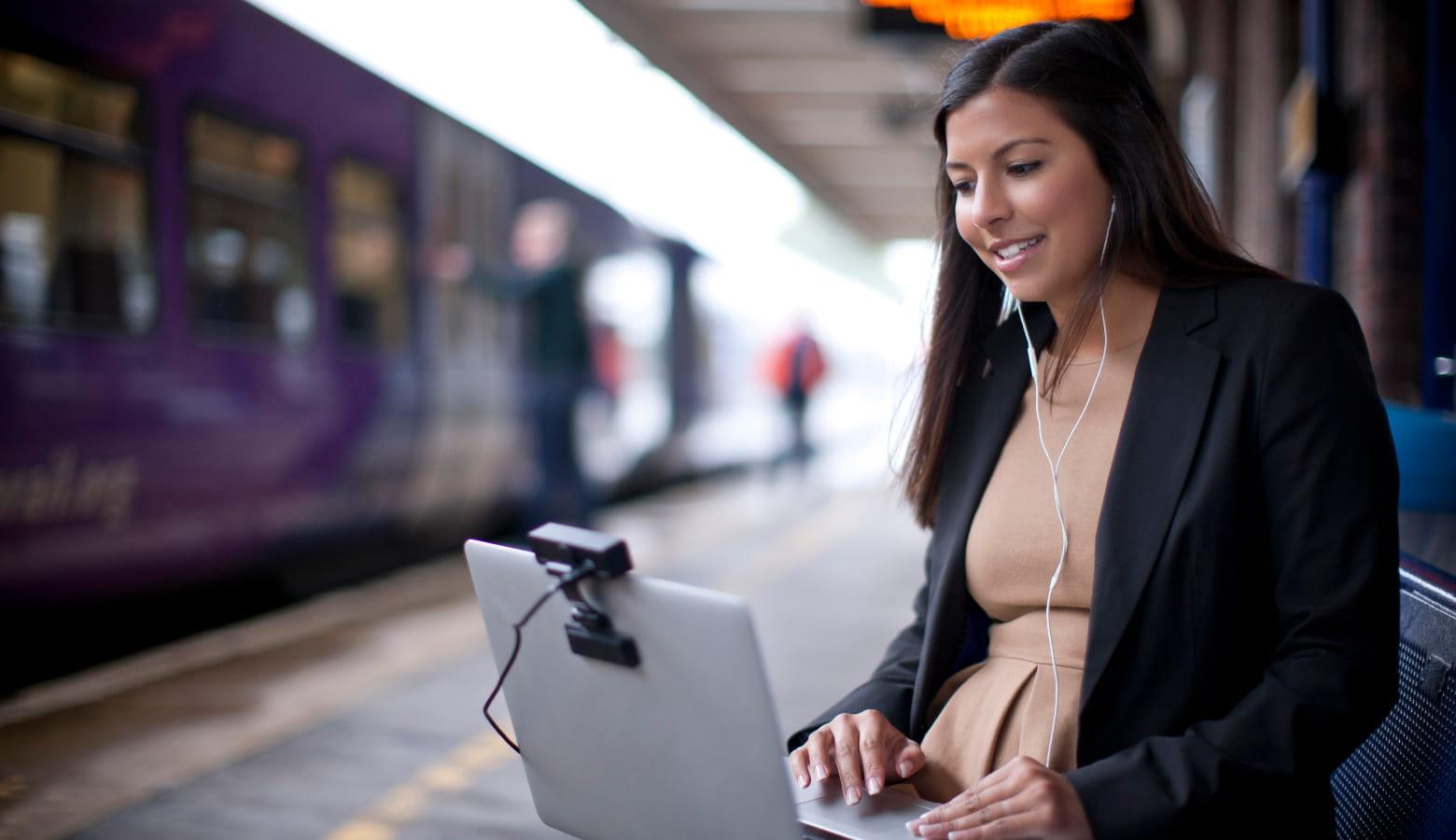 Mulher com laptop em uma estação