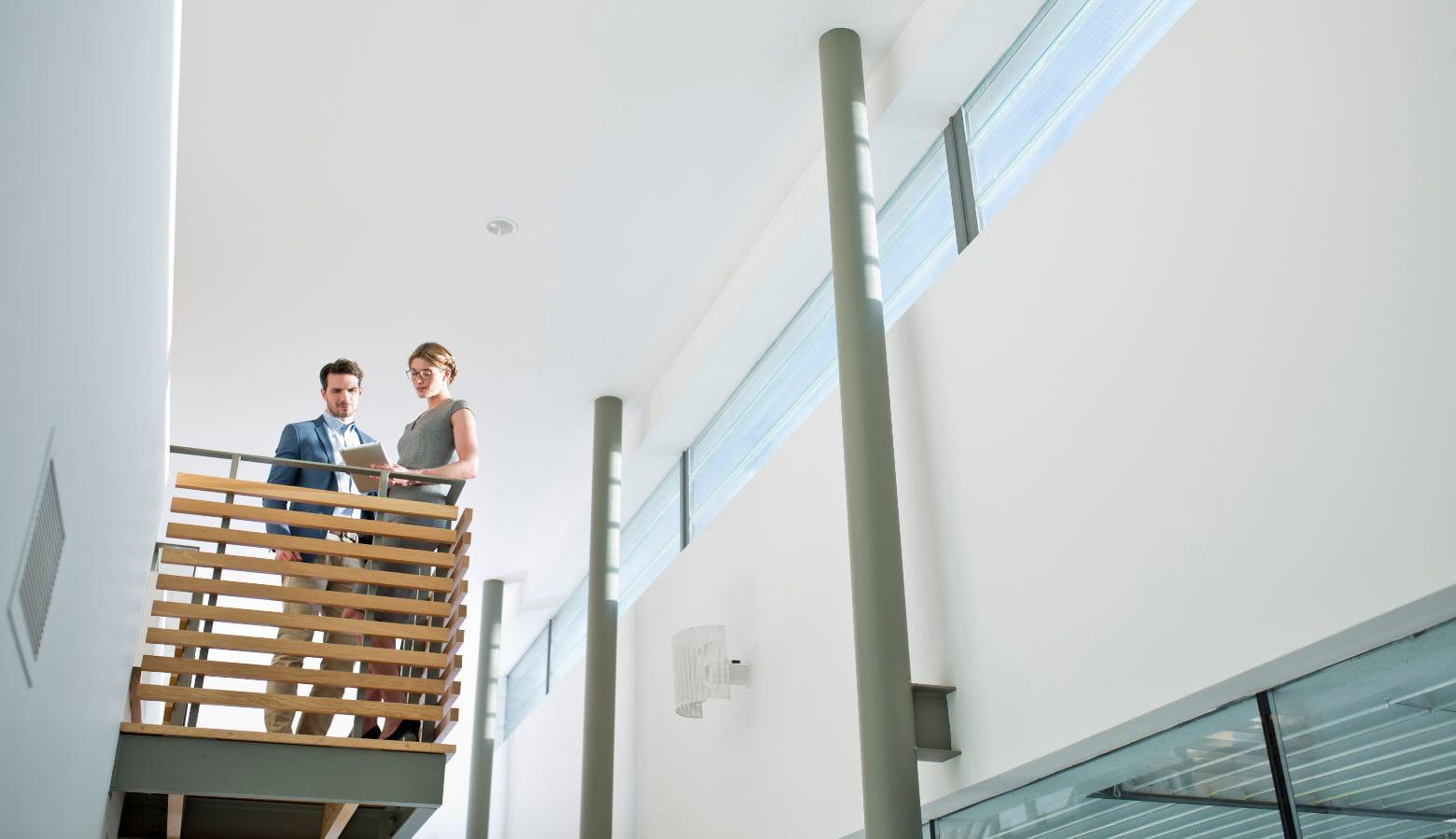 Homem e mulher na escada
